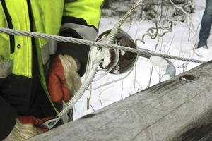 Najtråden, en lättböjlig metalltråd, snurras upp och tas bort för hand tillsammans med metallarmen och porslinskopparna.