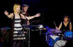 Svår att definiera – men oemotståndligt magisk. Trion Nuaia med sångerskan Sofie Norling i spetsen rör sig i ett gränsland av electronica, jazz och pop.