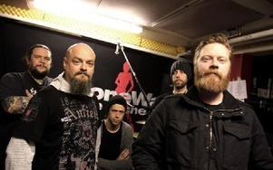 Stonewall Noise Orchestra, i sin replokal i Borlänge där de spelade in senaste skivan. Till mixningen tog de hjälp av Martin Haglund från Borlänge.