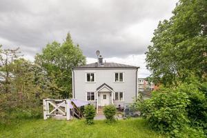Villan i Sundsvall har fem rum varav tre är sovrum.