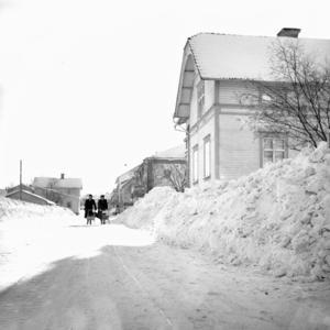 Så här mycket snö var det efter Långgatan i Edsbyn 1948. Plogvallarna fick ligga kvar.