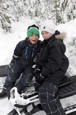 Arne och Axel Sellman tyckte det var roligt att åka kälke leka i snön.
