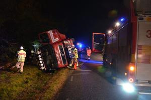 Olycka En timmerbil med släp har kört i diket på vägen mellan Lindesberg och Siggebohyttan.