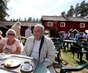 STAMMISAR. Monica och Kalle Hedman firar alltid midsommar på Vretas hembygdsgård i Valbo. Så även i år.