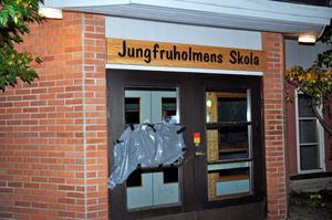 SKADEGÖRELSE. Sönderslagna rutor och annan skadegörelse är vanligt förekommande i kommunen enligt Ola och Joakim. Den här rutan slogs sönder under skoltid för någon vecka sedan.Foto: Joanna  Wågström