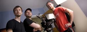 Producenten Cladam Englund, till höger, och fotografen Oskar Idin, t v, och regissören Martin Lundmark går igenom en scen till Den analoga bloggen.