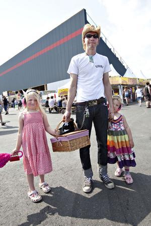 ENTUSIAST. Ola Torslund från Karlstad är på plats med döttrarna Holly och Betty. Han har själv ett stort intresse för bilsport och nu vill han introducera sina barn till dragracing.
