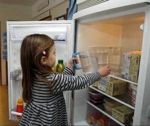 Maja, fyra år, tar fram det kokta och kylda vattnet till dagens lunch.