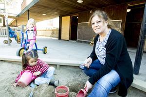 Personalen på förskolan i Ljusne tycker att det är bra att det satsas på språkassistenter. Jandark Marouk är en av dem som finns nu och hon välkomnar fler.