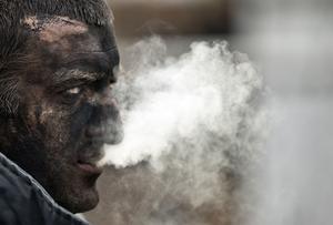 Arkivbild. En gruvarbetare i Ukraina röker en cigarett efter att ha deltagit i sökandet efter sina arbetskamrater som dött i en explosion  i en annan kolgruva för nästan exakt två år sedan. I den olyckan dog minst 32 personer.