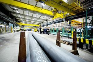 Bilden visar Färdigställning 13 där rörämnena svarvas och görs i ordning för nästa steg i processen. Anläggningen invigdes i november 2013.