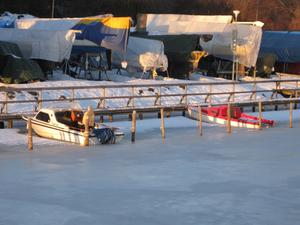 Kunde inte låta bli att ta kort på dom fastfrusna småbåtarna i Lögarängshamnen. Man förstår inte hur ägarna tänker. Det finns minst ett 10-tal i isens grepp. Men dom kommer väl först ut på Västeråsfjärden i vår.