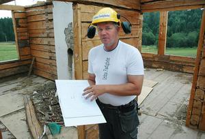 Mödosamt arbete. Tomas Nylander som driver Gröna Fastigheter jobbar med att restaurera och reparera gamla byggnader. Han säger att det krävs tålamod för att göra det. I pärmen på bilden finns mängder med ritningar där han skrivit in vilken del som ska vara var. Delarna i sin tur har också märkts med bokstäver och siffror.Foto: Sofia Roström Andersson