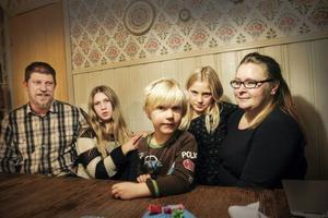 Jesper, Jenny, Isak, Ida Jernunger och Anneli Johnsson Jernunger är glada över att Östersunds kommun nu erbjuder modersmålsundervisning i sydsamiska.