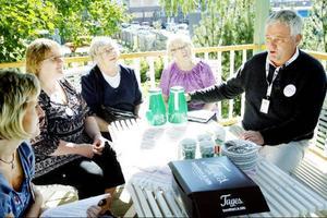I går pratade Anders W Jonsson om att de mest sjuka äldre ska finnas med när partiledarna för Alliansen presenterar sitt valmanifest. Fr v Anette Lindberg, projektledare Östersunds kommun, Berit Johansson, Ingeborg Olsson och Inga-Maj Grankvist