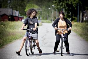 Emma Casadevall Sayera visar Hifaa Hsen hur man håller balansen.