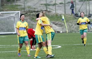 Bami Jonsson och Matilda Wennberg firar Ljusdals 1–0-mål i bortamatchen mot Alnö 2. De båda samarbetade även vid 2–0-målet.