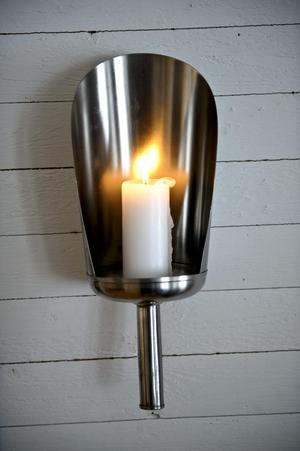 Ljuslyktan i teverummet är tillverkad av en gammal foderskopa. Den är ett bra exempel på Annes filosofi att man alltid kan göra något av något.