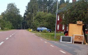 Sommarens hämtning av grovsopor har inletts, vilket också syns längs vägarna.