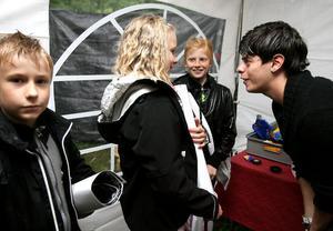 Daniel Larsson, Bergviks klass 4, Felicia Ellner, Stenberga klass 6 ohc Anna Zetterman, Norrtull klass 5 vann ett stort pris. Att möta Kevin var jättestort.