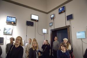 På ett hundratal dataskärmar, inköpta på Blocket, visas olika utsnitt ur den årslånga film som Mikael Lundberg utgått från.