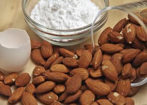 Mandelmassa är en fyllning som hamnade i semlorna på tidigt 1800-tal. Egen mandelmassa är inga problem i dagens moderna kök.