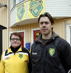 Lena Holm, ordförande i Forsbacka IF och bandyspelaren Pelle Nejman är upprörda över de planerade besparingarna av Forsbackas idrottsplats.