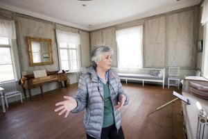 Eva Klingberg i parkens lusthus. Hon är mycket intresserad av brukets historia och vet att här har spritats ärtor och hållits fester. Numera är lusthuset öppet för bland annat vigslar och dop.