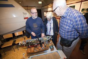 """Att bygga modellbåtar är Tord Anderssons stora intresse. Här visar han sin ångbåt """"Jim Beam"""" för Mona Stensiö och Owe Hessler."""