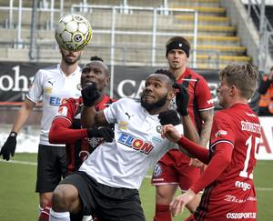 Michael Omoh (i mitten) var med och sånkte sitt gamla lag ÖFK med sitt 1-0-mål.