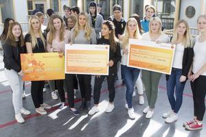 Ekonomiprogrammet tog storslam i tävlingen Sandvikens bästa UF-företag. Amanda Olsson och Julia Bergström håller prischecken på 5 000 kronor i mitten.