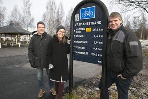 Kommunalråden i Ludvika, Leif Pettersson (S), Lotta Wedman (MP) och Lars Handegard (V), berättar att kommunen nästa år lägger fyra miljoner på fortsatt uppsnyggning av Väsmanstranden och ett antal miljoner på cykelvägar.