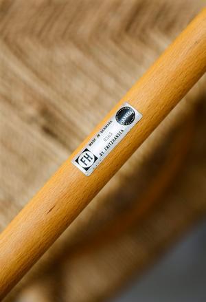 Undersök möbeln och leta efter stämplar och etiketter som kan styrka att den är äkta.