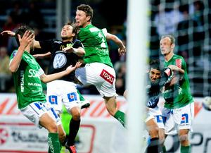 Peter Magnusson (närmast) och Niklas Sandberg försvarar en hörna hemma mot Jönköpings Södra i slutet av augusti.