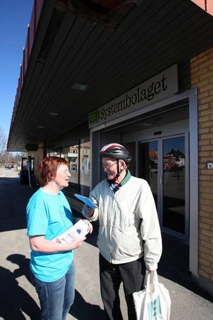 Gunilla Hedin informerar Olle Johansson inför den stundade helgen.