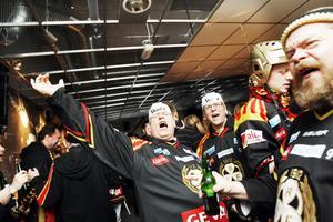 Brynäs supporterklubb väst, BSKV, anlände till Gävle i buss redan i lördags. Leif Jansson och Stefan Lundgren från Skara har följt Gävlelaget ända sedan barnsben.– Jag har alltid älskat Brynäs, säger Leif Jansson som såg till att få igång besökarna i en av arenas barer genom att skandera: – Brynäs IF är de bästa!