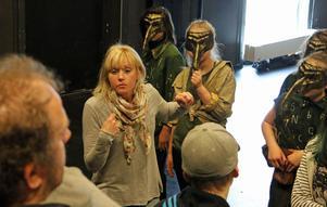 Regissör Kajsa Wallin går igenom en scen med teatergruppen under repetitionen av årets sommarföreställning på Skantzen, Lilla, lilla liten.