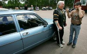 Rune Axelsson blev intervjuad av speakern Thomas Abrahamsson om jobbet med att renovera en Fiat 132.FOTO: MIKAEL ERIKSSON