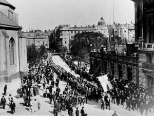 Demonstration för allmän rösträtt 1906. Högern hade under lång tid ansett att rösträtten måste begränsas för att inte äventyra kapitalismen. Under 1900-talet insåg både högern och vänstern att demokrati och kapitalism trots allt gick att kombinera.