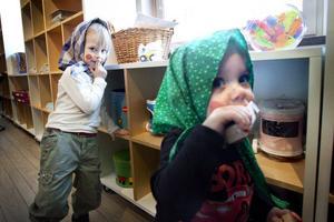 Nellie och Noah Boden var utklädda till påskkärringar.