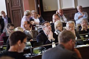En stilla bön. Björn Sundin, kommunalråd för S, vill passa på att satsa när det finns utrymme. Oppositionen ser lågkonjunkturen komma och håller hårt i varje krona. Vem får rätt? bild: jonas Eriksson