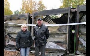 Christin och Lars Palm förlorade sin Volvo i branden.– Man funderar över hur elden startat, säger de.