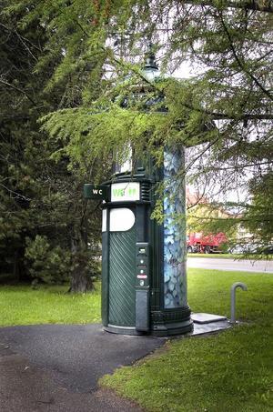 Nära lekplatsen i stadsträgården finns en automatisk , reklamfinansierad, gatutoalett.