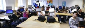 först ut. I går började utdelningen av bärbara datorer till förstaårseleverna på Sandvikens gymnasieskola. Studenterna på samhällsprogrammet var först ut.