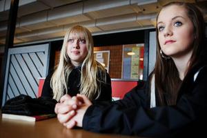 Sara Sedin och Linda Graff känner ingen som blivit utbränd i skolan. Men de berättar att stressen ökade väldigt mycket i årskurs åtta.