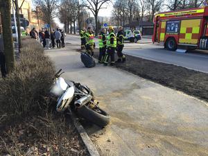 I samband med räddningsarbetet sanerade räddningstjänsten platsen från bensin och olja som läckt ut från motorcykeln.