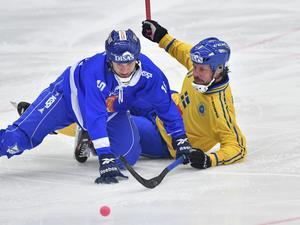Mikko Rytkönen och Sveriges Daniel Mossberg under söndagens match i grupp A mellan Sverige och Finland i bandy-VM.