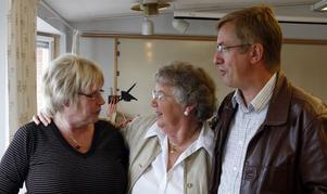 Äldreomsorg i Ljusdal. KD:s partisekreterare Lennart Sjögren samtalade om statliga stimulansåtgärder med från vänster kommunalrådet Marit Holmstrand (S) och Sylvia Olsson (KD).