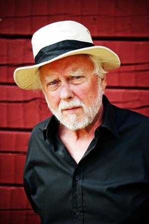 Göran Sjölén, spelade med och var vän med de tre bröderna Wernberg. I helgen leder han den musikaliska hyllningen till de medelpadska folkmusikmästarna.