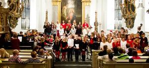 Koret fylldes med 80 barn när kvällen avrundades med We wish you a merry christmas.